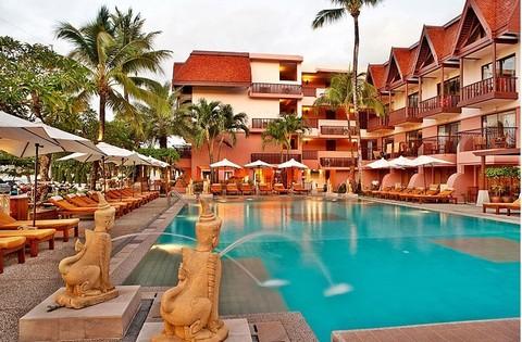 普吉岛芭东海景酒店位于海滩前